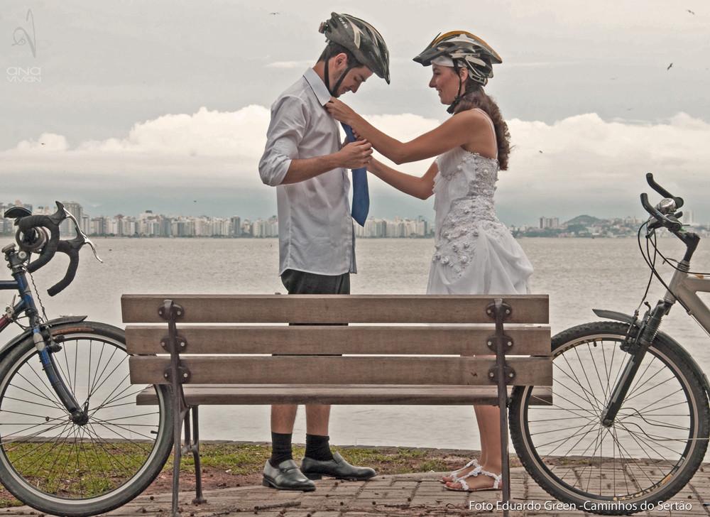 André e Ana no pedal pro casório em Cacupé, Floripa
