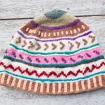 Gorro com tricô comum encontrado em Atuncolla tinto com ervas naturais